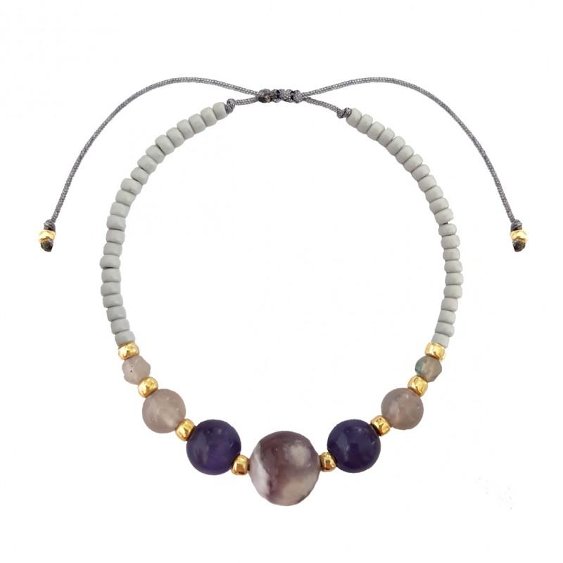 Szara bransoletka na sznurku z ametystu ze złotymi kuleczkami