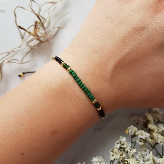 Zielona bransoletka na sznurku z drobnych koralików